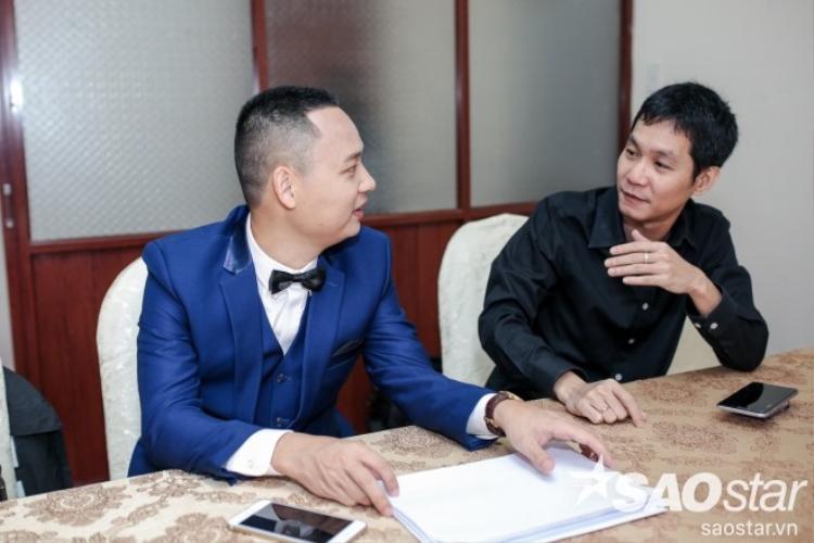 Nhạc sĩ Nguyễn Hải Phong vui vẻ trò chuyện cùng giám đốc âm nhạc Hoài Sa