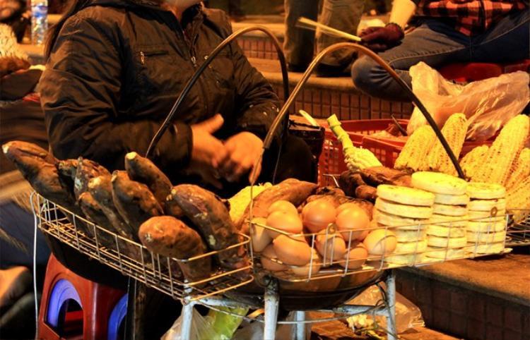 Món ăn yêu thích đêm đông của người Hà Nội.