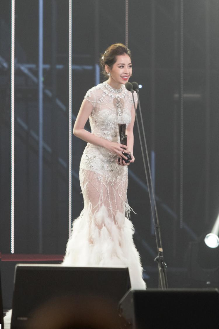 Chi Pu tự tin phát biểu bằng tiếng Anh khi nhận giải.