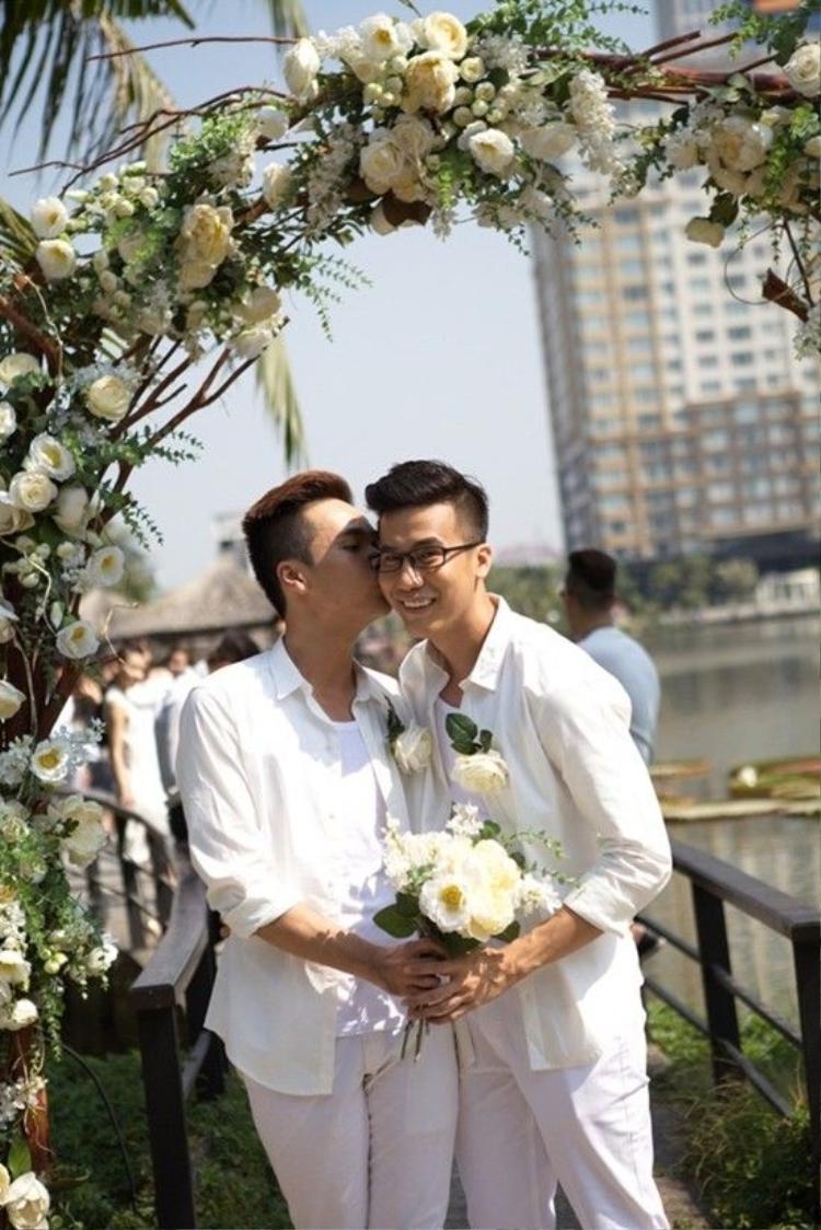 Biên đạo Lê Việt (phải) và bạn trai Luân Trần (trái).