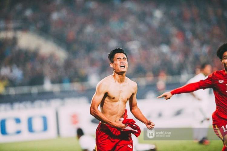 Phút 90'+3, Vũ Minh Tuấn ghi bàn thắng quý như vàng giúp tuyển Việt Nam san bằng tổng tỷ số 3-3 sau 2 lượt trận.