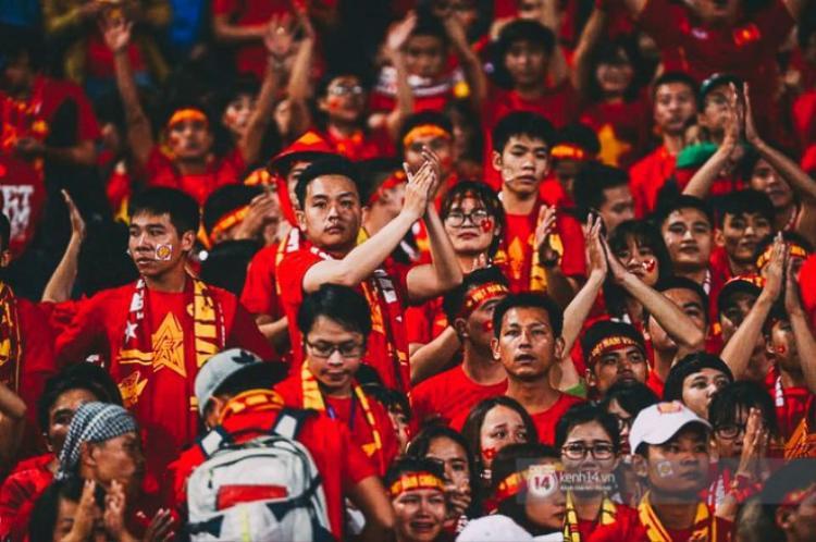 Dù đội tuyển đã không thể hoàn tất màn ngược dòng kinh điển, nhưng các CĐV áo đỏ vẫn dành cho họ những tràng vỗ tay động viên. Hơn ai hết, họ hiệu các cầu thủ đã chiến đấu quên mình nhưng kết quả cuối cùng đã không chiều lòng người.