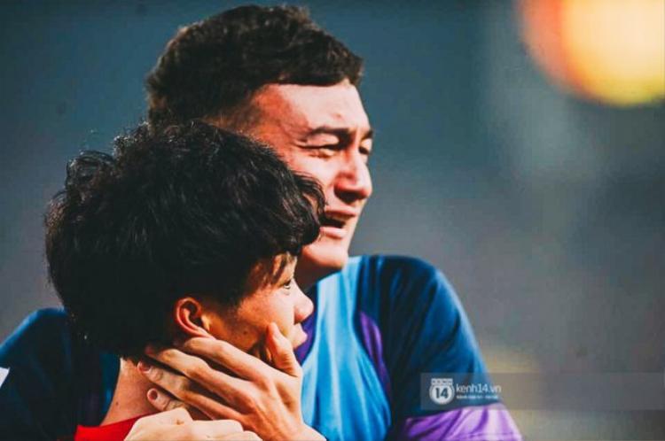 Thủ Môn Đặng Văn Lâm rớt nước mắt chia vui cùng Công Phượng.
