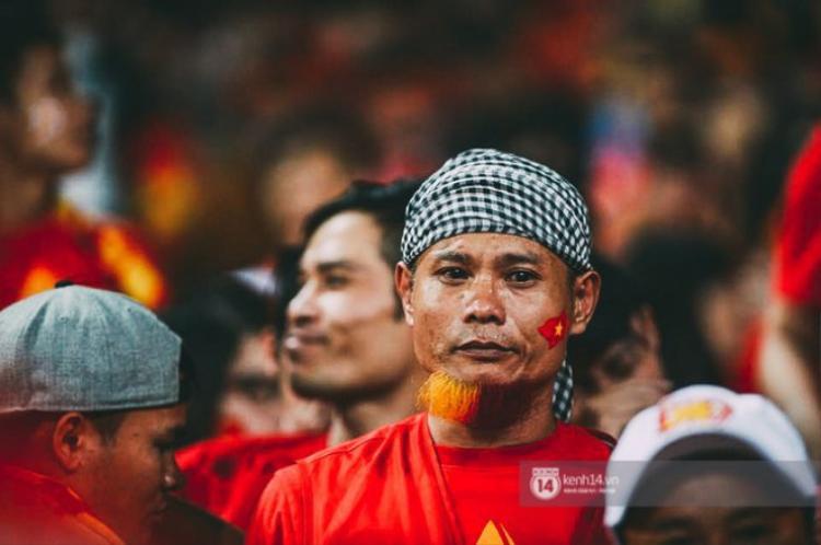 CĐV òa khóc nhìn 10 cầu thủ Việt Nam đá chết bỏ trên sân Mỹ Đình