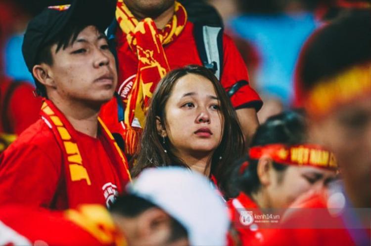 Nỗi buồn in hằn trên gương mặt của những CĐV áo đỏ.