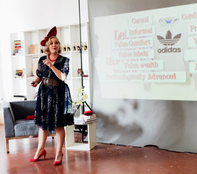 Fashion as a response: Cuộc phẫu thuật văn hoá thời trang