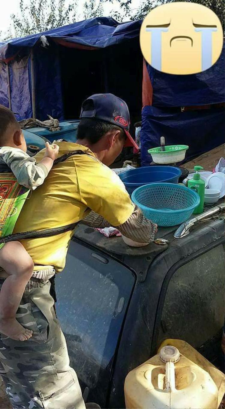 Mặc dù cuộc sống mưu sinh vất vả nhưng ông bố vẫn cố gắng kiếm tiền để lo cho cuộc sống của con.