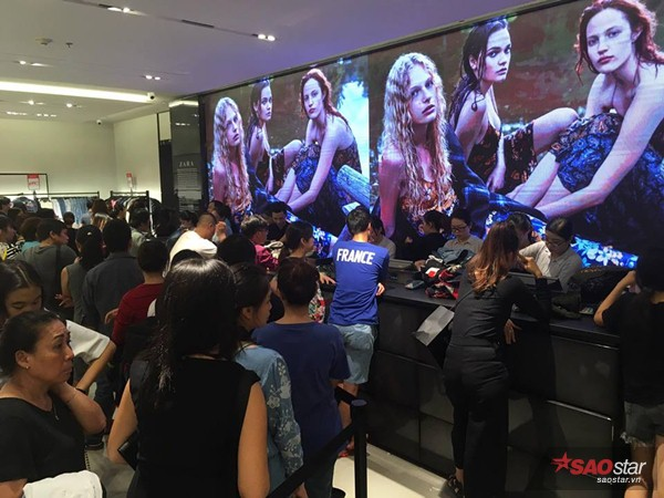 Zara giảm giá 50%, hàng ngàn tín đồ thời trang ngán ngẩm bỏ về vì mệt mỏi