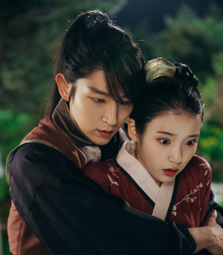 Sau thời gian dài im ắng trên màn ảnh, Lee Jun Ki quyết định tái xuất với Người tình ánh trăng. Trong vai hoàng tử Wang So, Lee Jun Ki thuyết phục khán giả với diễn xuất nội tâm sâu sắc, khiến người xem hòa cùng sự thổn thức, đau khi bị cả phụ mẫu lẫn huynh đệ ruột thịt ghẻ lạnh. Để phù hợp với tâm trạng nhân vật, Lee Jun Ki được tổ chế tác dành tặng bộ trang phục đen tuyền từ đầu đến chân cùng phần tóc mái che nửa khuôn mặt.