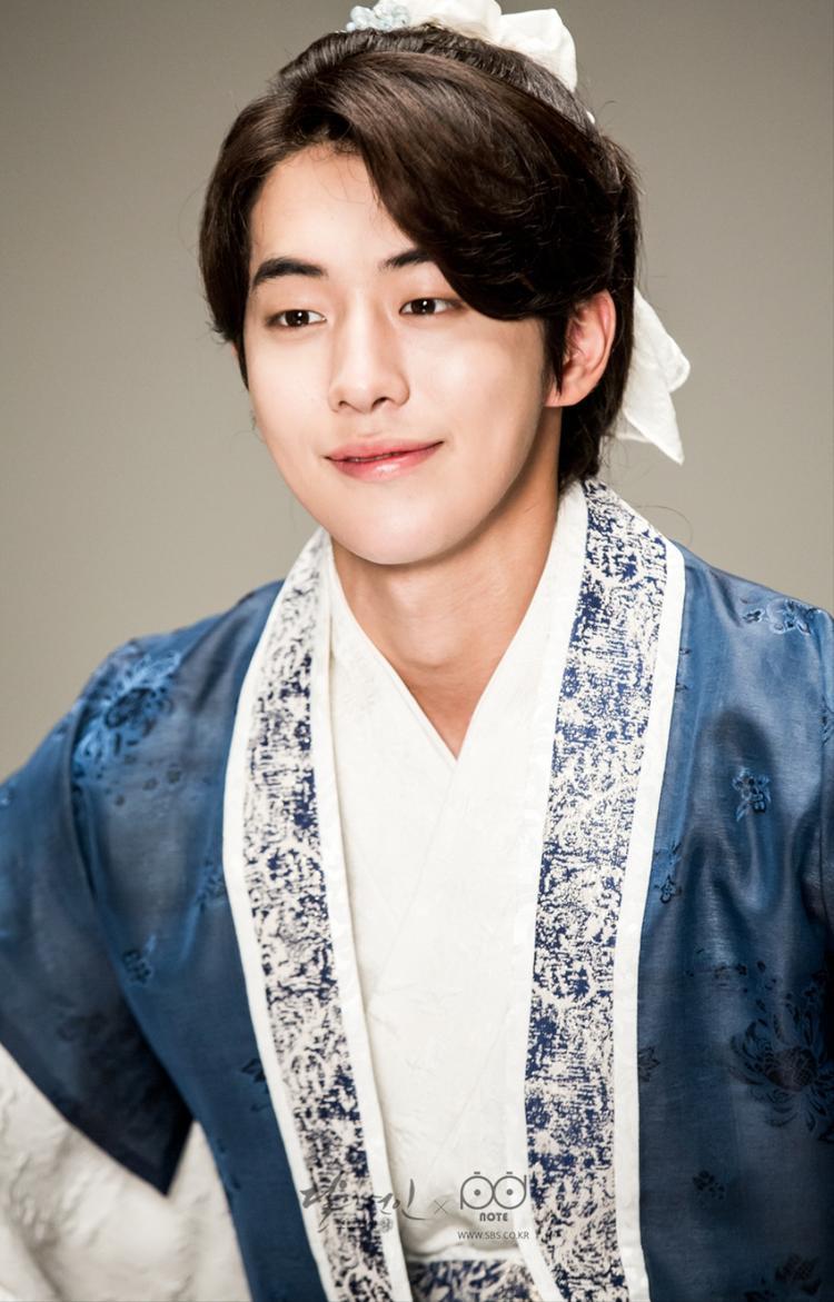 """Anh chàng Nam Joo Hyuk này đã khiến khá nhiều fan nữ """"điêu đứng"""" với tạo hình cổ trang nhân vật Thập tam hoàng tử trong Người tình ánh trăng."""