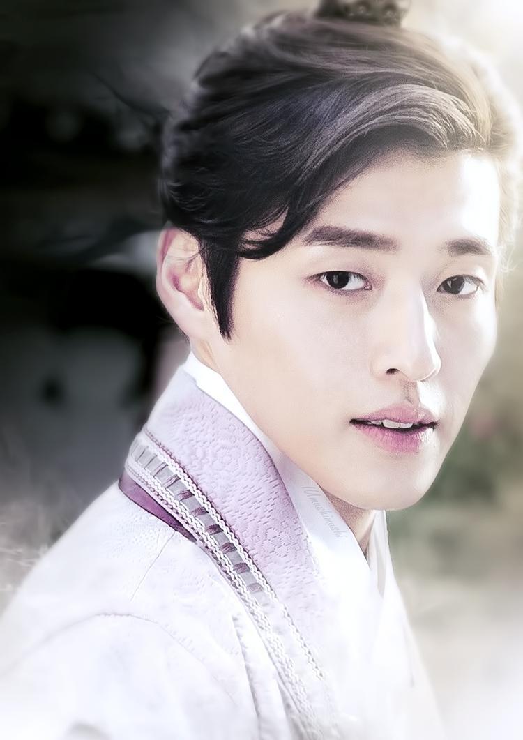"""""""Bát hoàng tử"""" Kang Ha Neul gây ấn tượng với tạo hình sáng ngời. Với thần thái tao nhã, Kang Ha Neul lột tả thành công một vị hoàng tử sở hữu khí chất vương tộc cao quý cùng cử chỉ dịu dàng, tinh tế."""