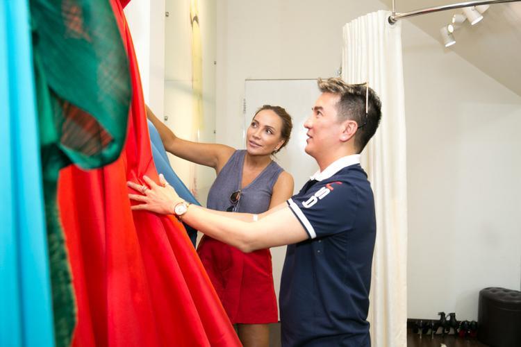 Sau khi say sưa tập luyện, anh còn đưa Thanh Hà đến một cửa hàng thời trang chuẩn bị váy áo cho đêm diễn đặc biệt của cả hai vào tháng 1/2017.