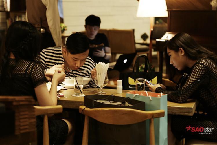 Trong lúc Hari đang make up, Trấn Thành cùng 1 vài người bạn xuống sảnh để ăn tối.