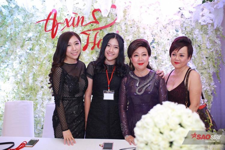Mẹ và 2 em gái của Trấn Thành đã sẵn sàng chào đón khách mời. Kể cả gia đình cũng phải đeo thẻ mới được di chuyển trong khuôn viên nơi tổ chức tiệc cưới.