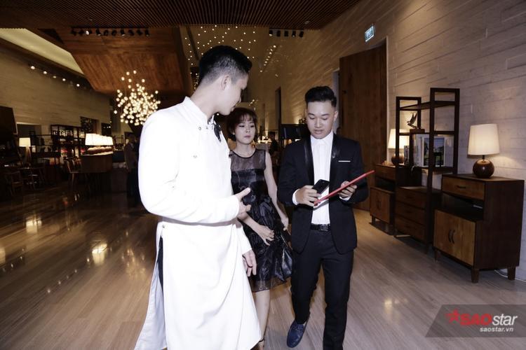 Tất cả các khách mời đều được kiểm tra thiệp mời trước mới được đưa lên nơi tổ chức tiệc.