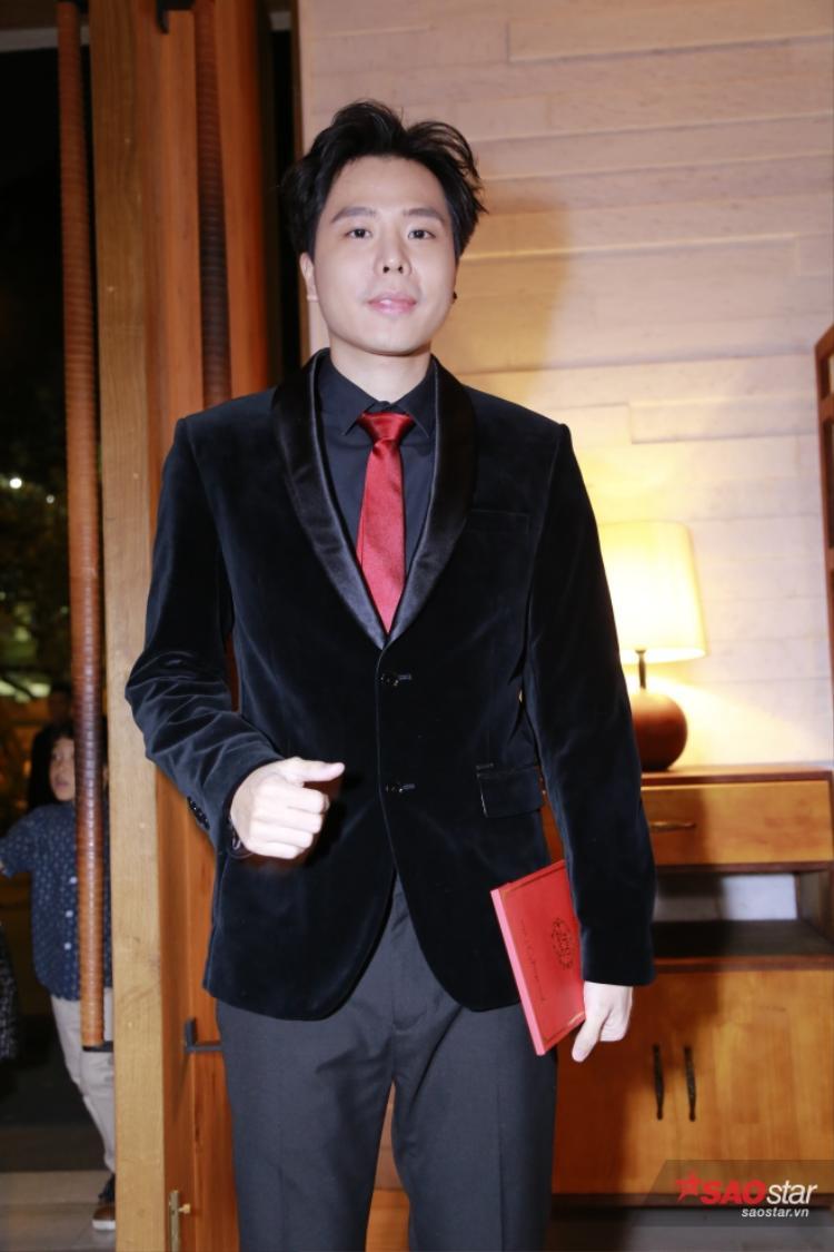 Trịnh Thăng Bình với tông chủ đạo màu đen.