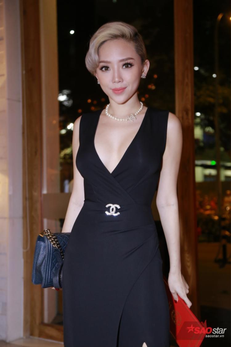 Tóc Tiên diện trang phục xẻ sâu táo bạo.