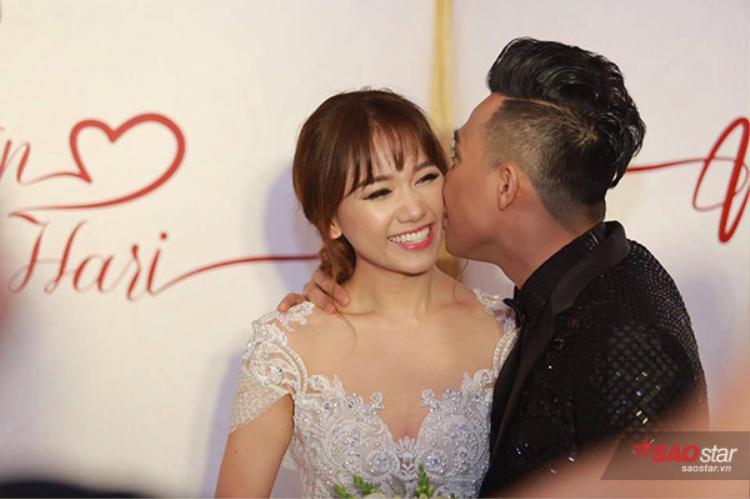 Trấn Thành và Hari Won liên tục hôn nhau.