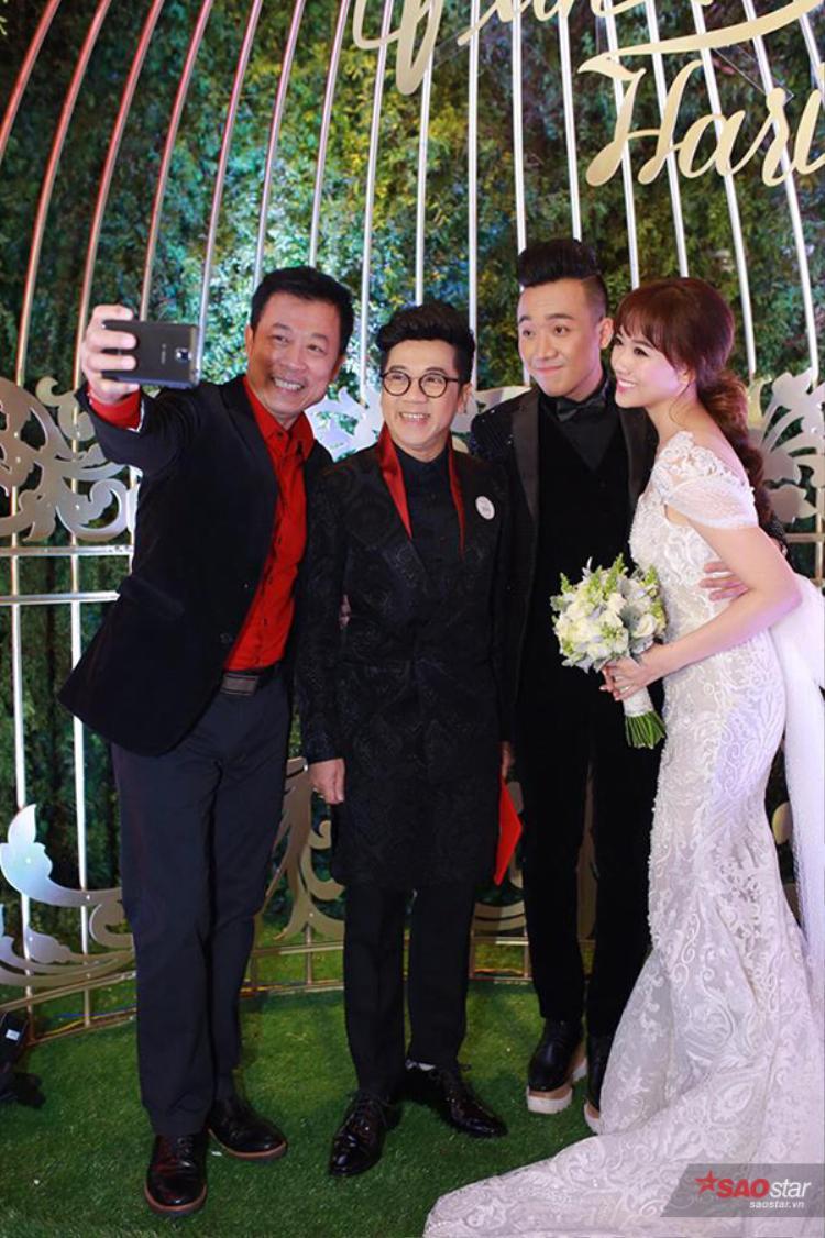 Nghệ sĩ Vân Sơn và Thành Lộc nhí nhảnh chụp ảnh tự sướng cùng vợ chồng Trấn Thành.