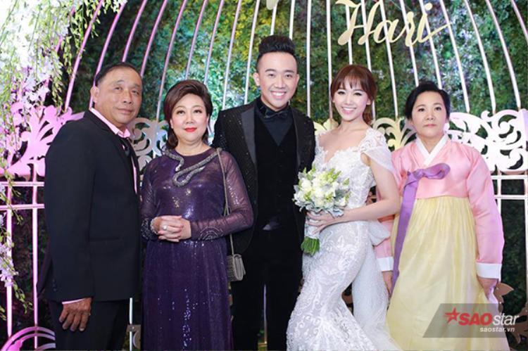 Chụp hình cùng bố mẹ hai bên gia đình.