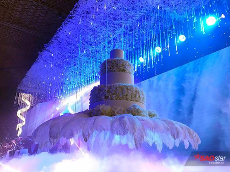 Cận cảnh bánh cưới hoành tráng khiến ai cũng phải mơ ước.