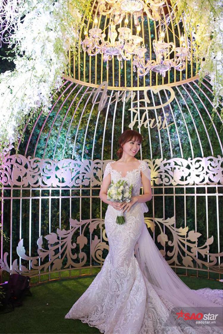 Trấn Thành  Hari Won hôn nhau say đắm trong đám cưới cổ tích