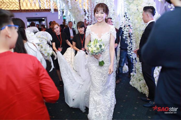 Cô dâu Hari Won đã xuất hiện.
