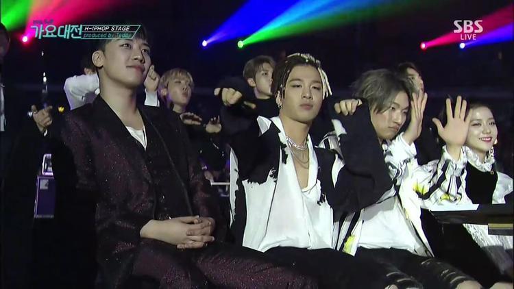 Các thành viên BigBang hóa fanboy cuồng nhiệt phía dưới hàng ghế khách mời.