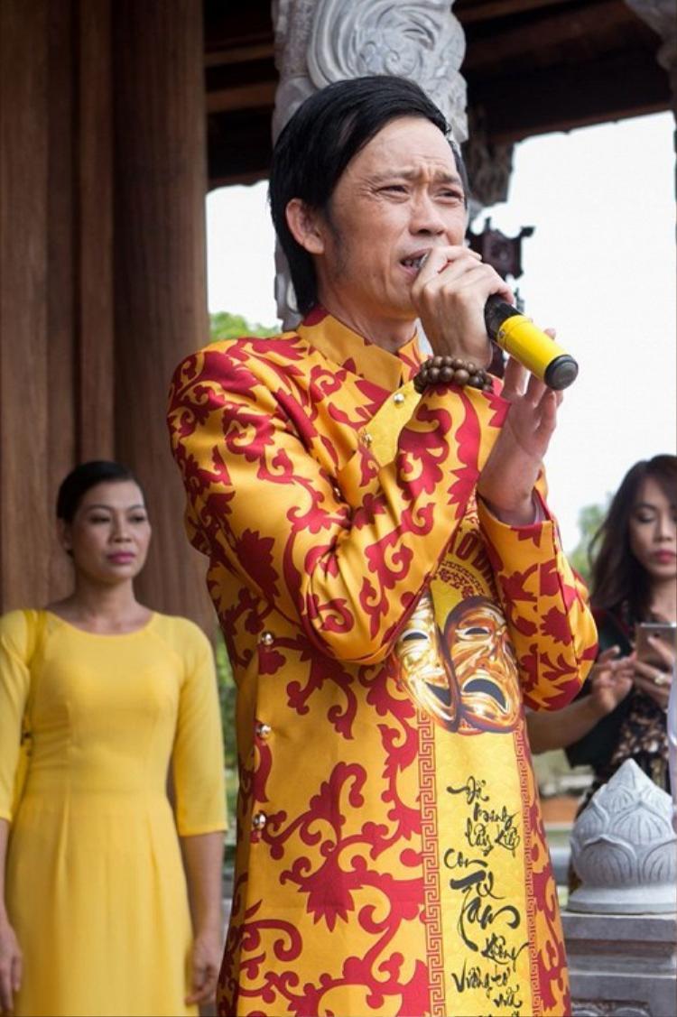 NSƯT Hoài Linh.