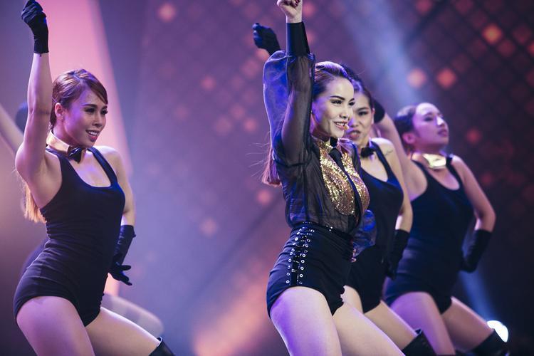 Yến Trang quyến rũ trong từng động tác vũ đạo.