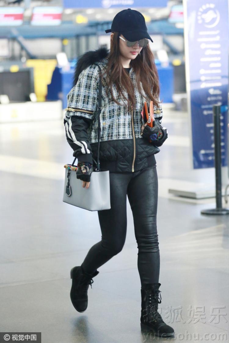 Lưu Diệc Phi xuất hiện tại sân bay Incheon, Hàn Quốc hôm 25/12 khiến fan tin chắc cô nàng sang Hàn thăm bạn trai.