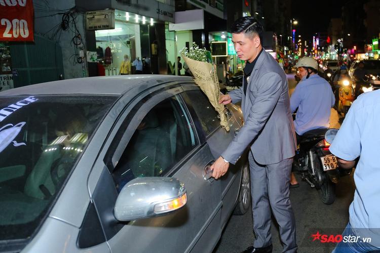 Bình Minh lập tức chạy ra mở cửa xe khi thấy Lan Phương.
