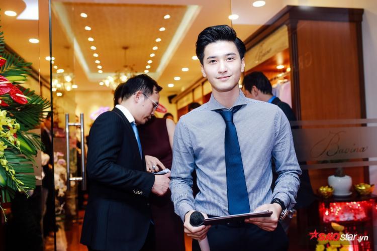 Huỳnh Anh ghi điểm với tài ăn nói lưu loát khi đảm nhận vai trò MC.