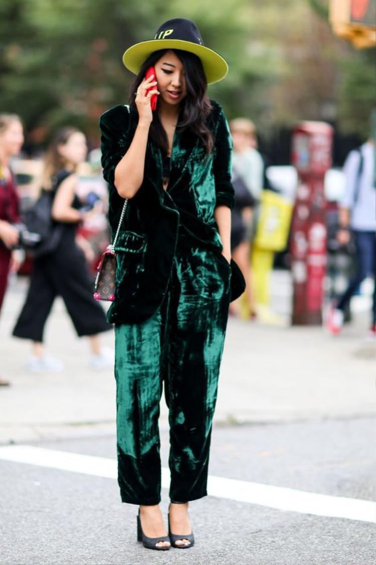 Màu xanh cổ vịt cũng là một gợi ý vô cùng độc đáo từ các nàng fashionista trên thế giới đấy!