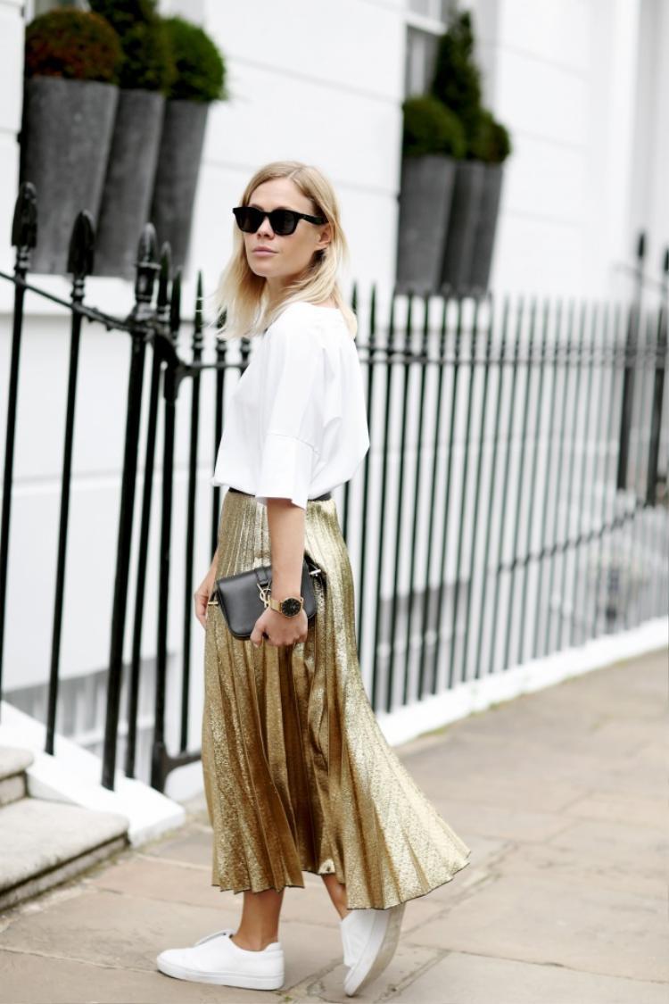 Nếu không biết hòa phối như thế nào với xu hướng váy xếp ly lấp lánh thì áo thun trơn và giày sneaker trắng chính là lựa chọn hoàn hảo đấy!