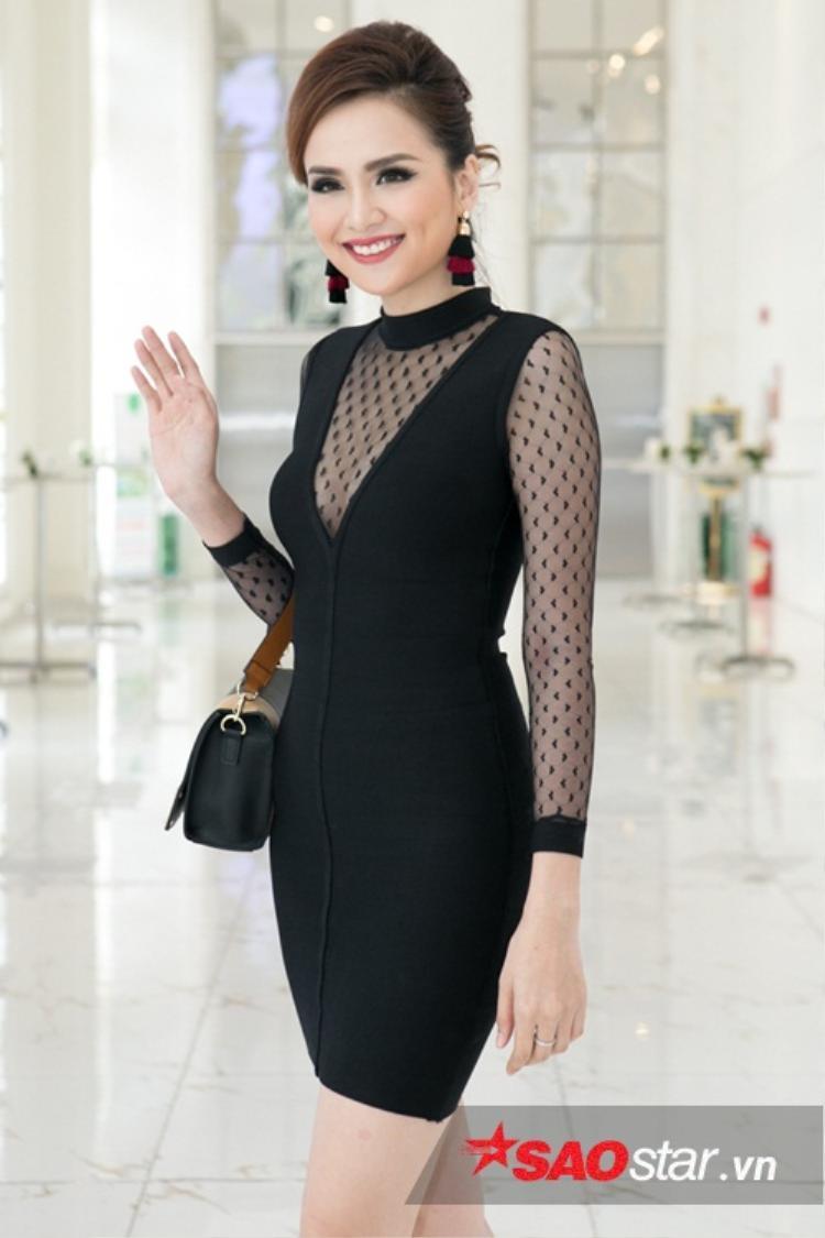 Hoa hậu Diễm Hương ăn mặc giản dị, góp mặt trong buổi họp báo.