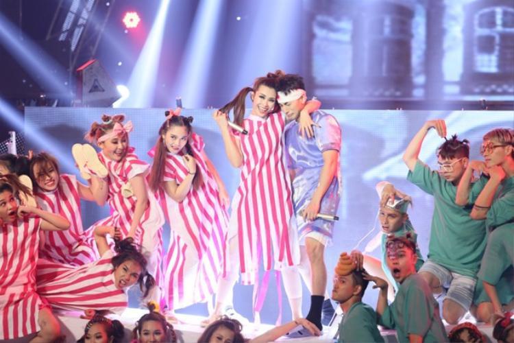 Phần biểu diễn siêu khùng và siêu nhí nhố của Đông Nhi với tiết mục Taxi, cùng bản phối bắt tai và đầy mới mẻ đã giúp nữ ca sĩ giành trọn 40 điểm từ Ban giám khảo tại đêm liveshow cuối cùng.