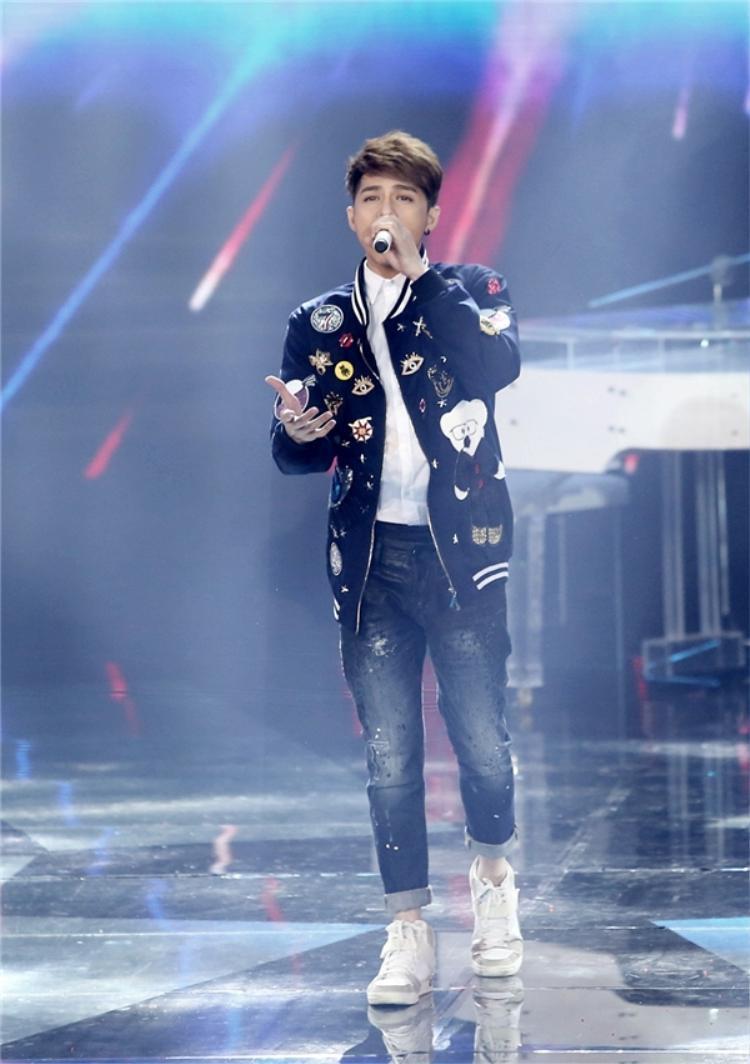 Noo Phước Thịnh tạo hình tượng nhẹ nhàng với ca khúc hoàn toàn mới trên sân khấu Cause I love u.