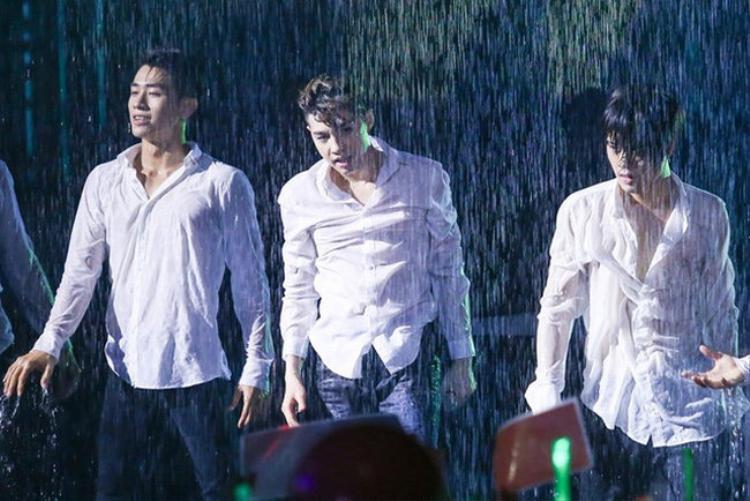 Khả năng dàn dựng nước mưa trên sân khấu khiến khán giả không thể nào rời mắt.