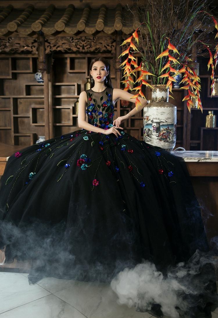 Nàng xuân rực rỡ với váy áo bồng bềnh được sử dụng các chi tiết thêu đính nổi bật.