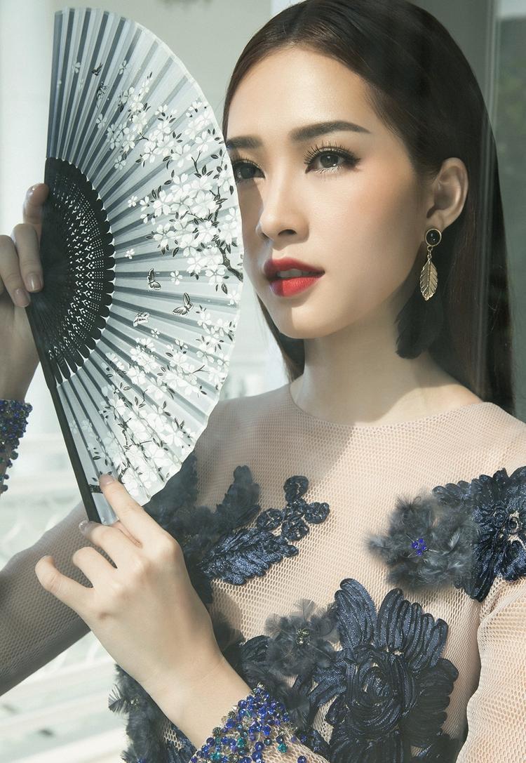 """Không chỉ được Lê Thanh Hòa """"chọn mặt gửi vàng"""", anh còn tiếp tục đồng hành cùng nàng Hoa hậu xinh đẹp trong bộ hình thời trang mới."""