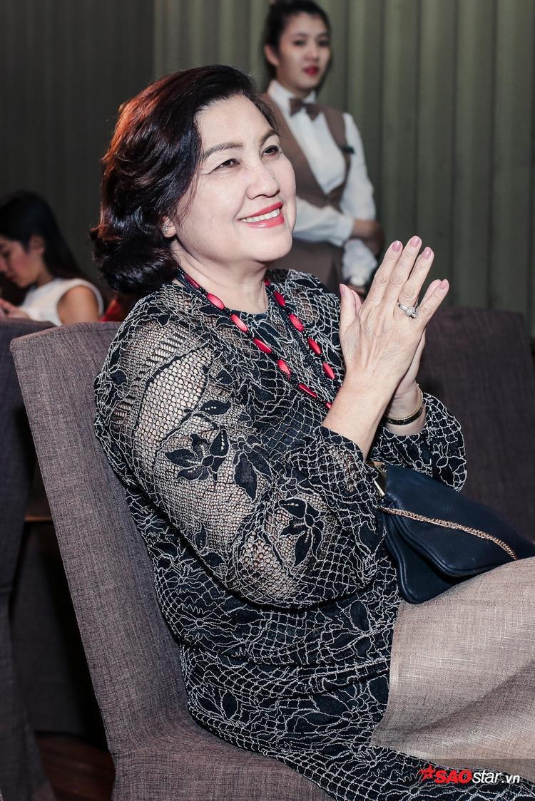 Mẹ Noo Phước Thịnh không giấu nổi sự hạnh phúc khi chứng kiến món quà đặc biệt của con trai.