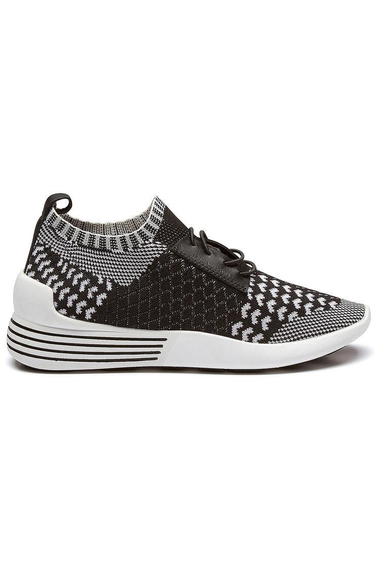 Mẫu giày mới của Kylie và Kendall có tên Brandy được hòa phối độc đáo giữa 2 gam màu trắng và đen.