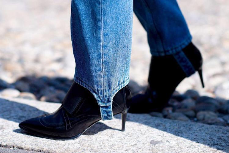 Bạn có thể mặc phần gót ra ngoài giày như thế này để trông trendy hơn!