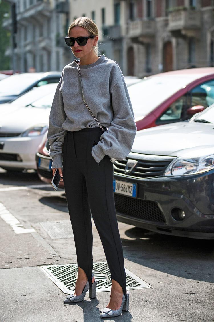 Nếu bạn là cô nàng yêu phong cách thời trang đơn giản, một chiếc áo nỉ sweater có phần cánh tay cách điệu như thế này cũng là gợi ý không tồi