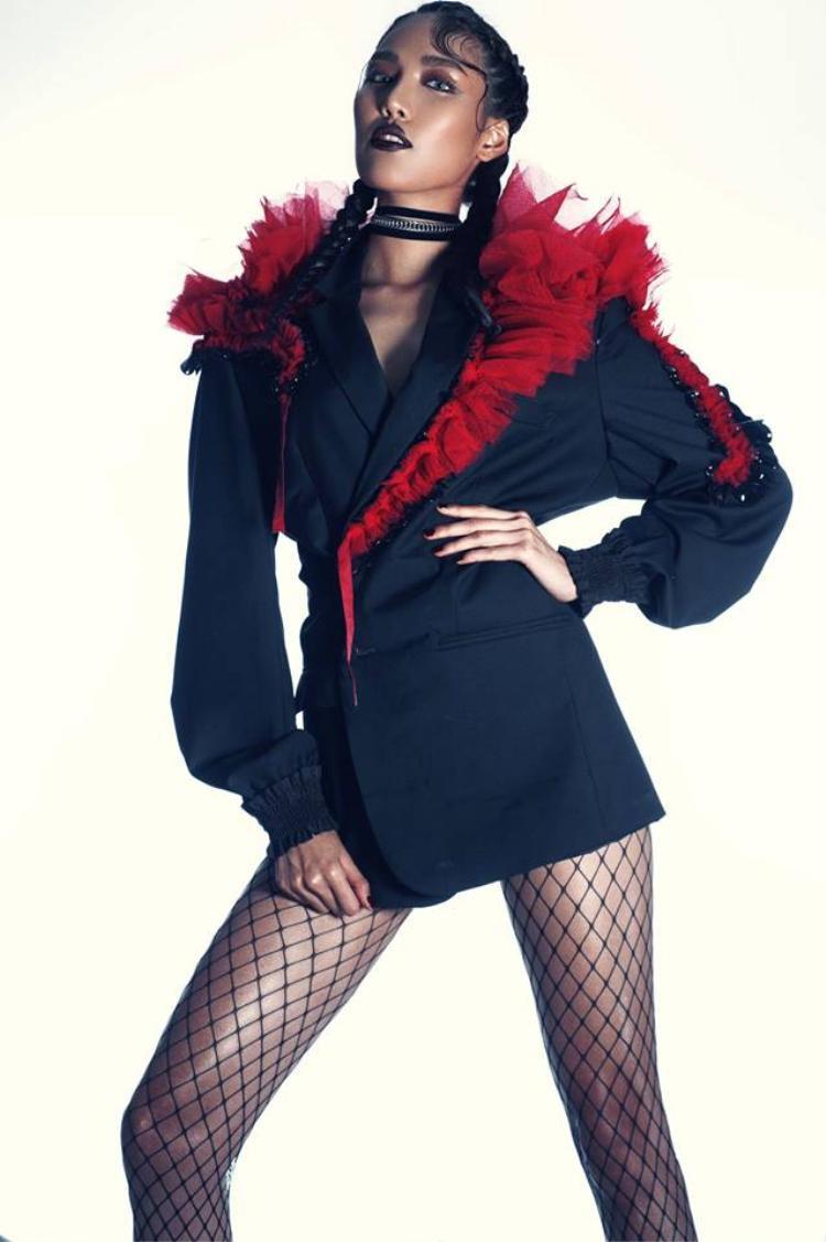 Lan Khuê chính là gương mặt đầu tiên xuất hiện trong bảng danh sách những sao nữ sở hữu kiểu tóc bá đạo nhất năm 2016. Điểm nhấn nhá của cô nàng đến từ việc kết hợp xu hướng tóc bò liếm cùng kiểu dáng tết độc đáo.