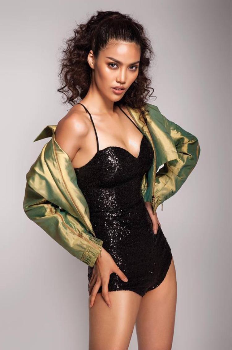 Mẫu tóc đánh xù cũng giúp người đẹp gây ấn tượng với các khán giả hâm mộ trong shoot hình thời trang này.