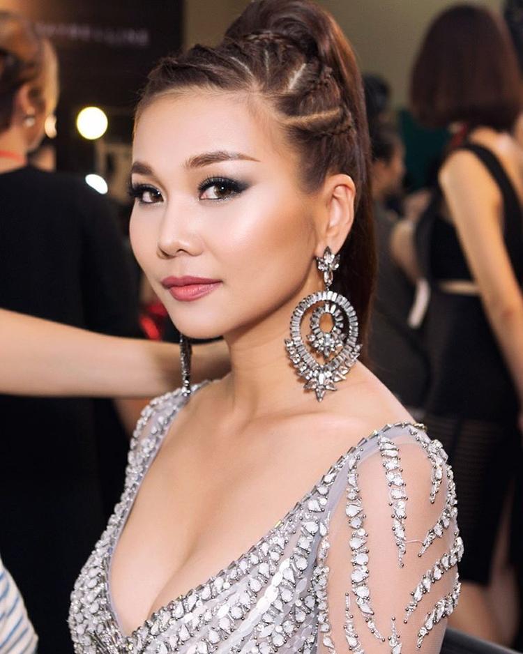 Thậm chí mái tóc tết vòng cung cũng giúp người đẹp trở nên quyến rũ và cá tính khi xuất hiện.