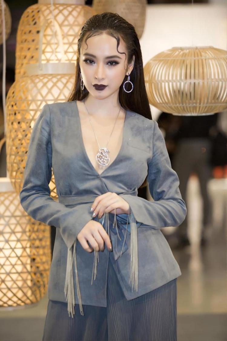 """Angela Phương Trinh gây ấn tượng khi xuất hiện với kiểu tóc vuốt ngược và phần mái """"bò liếm"""" độc đáo. Đấy chính là thành quả của nhiều giờ làm việc liên tục từ các hair stylist."""