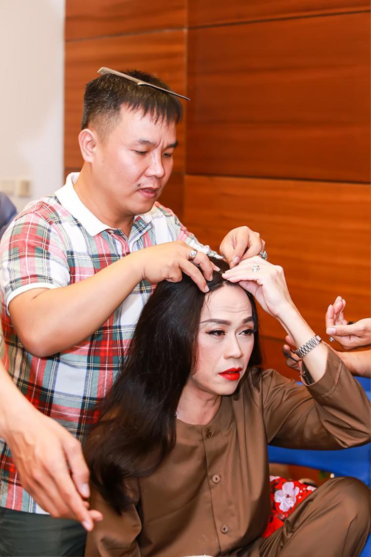NSƯT Hoài Linh chuẩn bị giả gái.